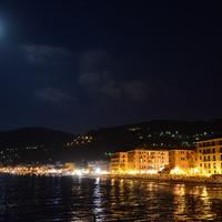 Laigueglia di notte vista dal molo